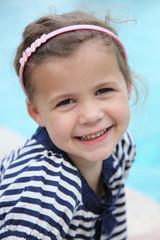 Un petit ange en marinière d'été (fillette 4 ans)
