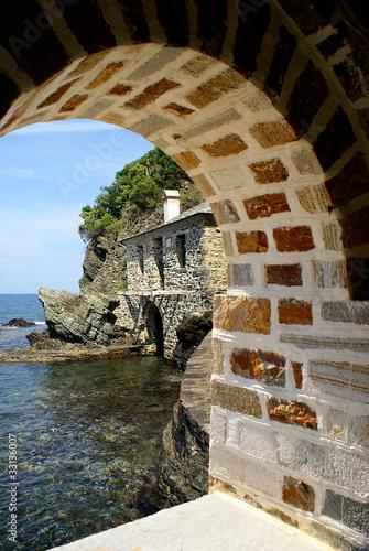 tradycyjny-dom-na-tropikalnej-plazy-przez-jaskini-grecja