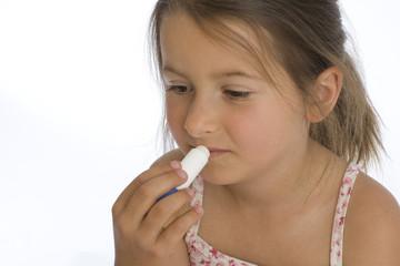 sechsjähriges Mädchen betreibt Lippenpflege (mr)