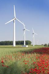 Windkraftanlage im Sonnenaufgang