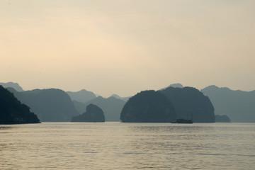 Kalkfelsen der Halong-Bucht 18