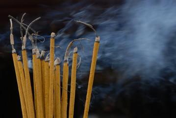 Rauchende Räucherstäbchen 1