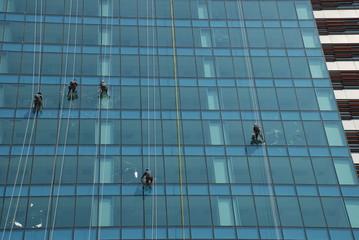Fensterputzer an Glasfassade 1