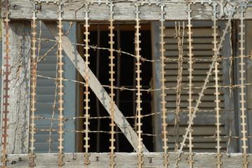 vergittertes Fenster in ehemaligem Folterzentrum