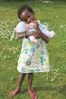 petite fille et son poupon