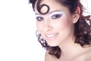 Hübsche junge Frau mit Studio Make Up lacht, quer