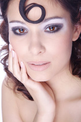 Hübsche junge Frau mit Studio Make Up im Nagelstudio, hoch