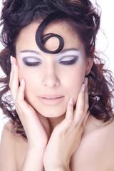 Hübsche Frau im Nagelstudio, Hände im Gesicht und Augen zu, hoch