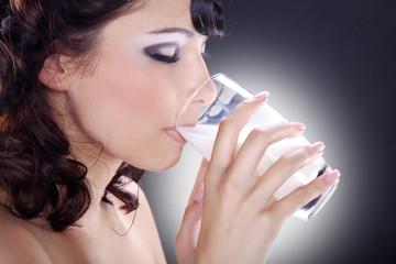 Hübsche Frau trinkt Milch und genießt, quer, Milch im Spot
