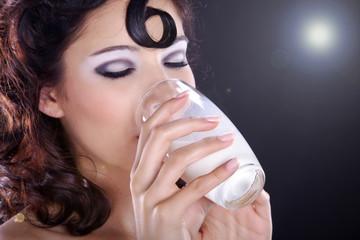 Hübsche Frau trinkt Milch und genießt, Gegenlicht quer