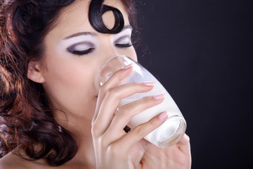 Hübsche Frau trinkt Milch und genießt, quer