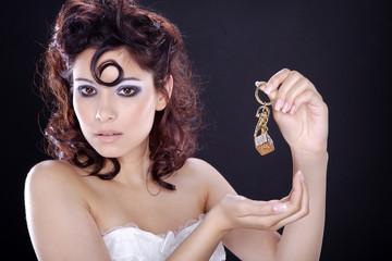 Hübsche Frau mit Schmuck Würfel in der Hand, quer