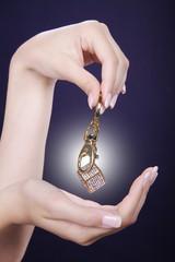 Frauen Hände mit Schmuck Würfel in Gold und Spot hinten