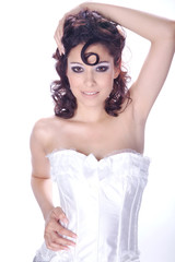 Hübsche Frau mit Löckchen in Wäsche posiert, hoch