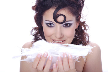 Hübsche Frau mit Löckchen und Federn blickt sexy, quer