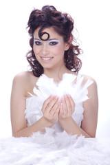 Hübsche Frau mit Löckchen teilt Federn aus, hoch