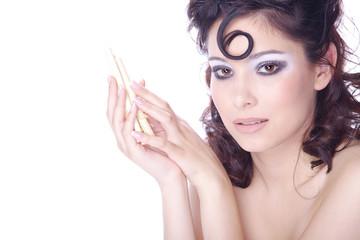 Hübsche Frau mit Löckchen und Stäbchen blickt, quer