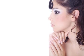 Hübsche Frau mit Löckchen blickt genau auf Ihren Text, quer