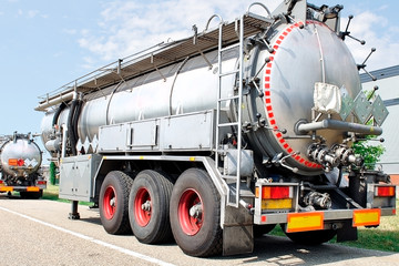 truck trailer for fuel and liquid transport