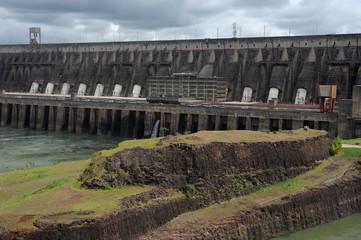 Centrale idrica e diga di Itaipu