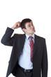 Geschäftsmann kratzt sich am Kopf und schaut zweifelnd nach oben