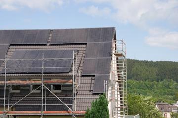 Wohnhaus mit Solaranlage im Bau