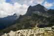 skalisty szczyt w chmurach