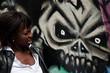 jeune femme noire et tête de mort