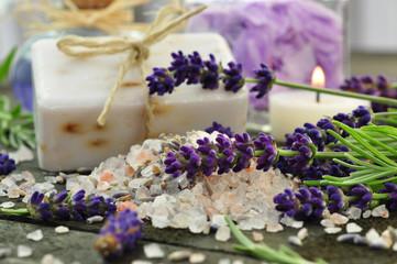 Badesalz und Seife mit Lavendel