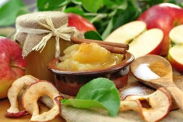 Apfelmus und getrocknete Apfelringe