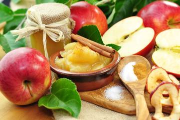 Apfelkompott im Schälchen mit Zimt