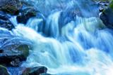 Fototapety Bach mit Wasser und Steinen im Gebirge