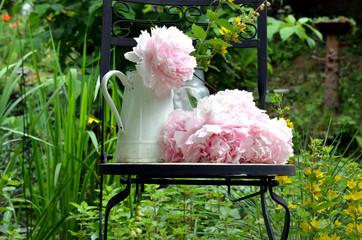 Pfingstrosen im Garten Stuhl Kanne