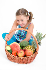 Mädchen mit Obst und Gemüse