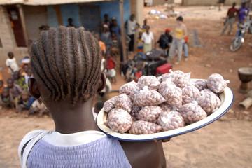 africa, mali, kassaro, venditrice di pistacchi