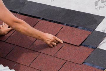 Colocacion de tejas asfalticas sobre un tejado