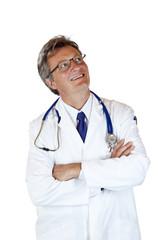 sympathischer Arzt blickt lächelnd nach oben auf Werbefläche
