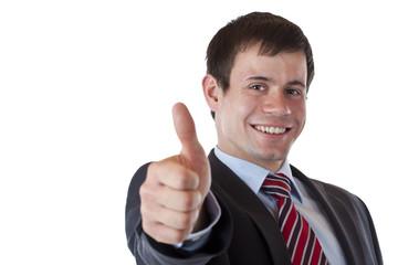 Erfolgreicher junger Manager hält freudig Daumen nach oben.