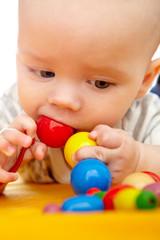 Baby nuckelt an Spielzeugkette