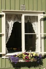 Fenster an schwedischem Holzhaus