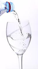 Glas mit Wasserflasche