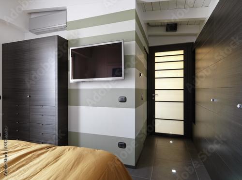 Da Letto Con Pareti Asimmetriche Bianco E Grigio Interior Design ...