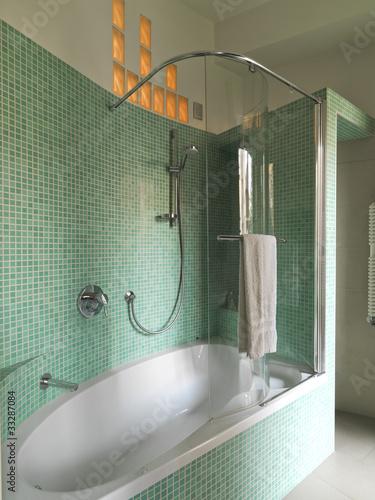 Vasca da bagno bianca in bagno moderno con piastrelle verdi immagini e fotografie royalty free - Bisazza bagno prezzi ...