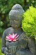 Buddhafigur mit Lotusblüte