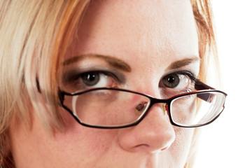 Frau schaut über ihre Brille