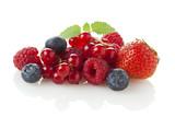 verschiedene Beerenfrüchte isoliert auf weiß