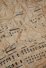 Spartito musicale su carta arricciata