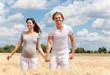 freude schwangerschaft junge eltern feld