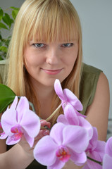 Junge Frau mit Orchideen