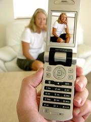 Frau wird mit Handykamera fotografiert